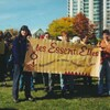Des femmes tiennent une banderole sur une photo d'archives.