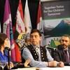La chef Doris Bill (à gauche), le grand chef Peter Johnston (au centre) et le premier ministre du Yukon Sandy Silver (à droite) discutent