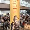 Le hall du musée de la civilisation rempli de monde lors du vernissage de l'exposition Hergé.