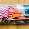 Trousse incluant tout le matériel nécessaire pour faire un bricolage (ciseaux, laine, peinture, bouchons de liège, peinture)