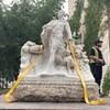 Les déménageurs préparent la statue pour son déplacement.
