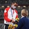 Le médaillé de bronze Andre De Grasse de l'équipe canadienne reçoit sa médaille lors de la cérémonie des médailles pour l'épreuve du 100 m masculin.