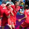 Les joueuses de l'équipe canadienne, dont Christine Sinclair, célèbrent un but.