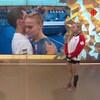 Marie-José Turcotte discute avec Ellie Black devant un écran télévisé.