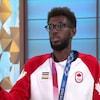 Un athlète avec sa médaille olympique.