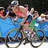 Le triathlète canadien Tyler Mislawchuk pédalant sur son vélo au Jeux olympiques de Rio en 2016.