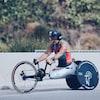 Il participe à une épreuve de paracyclisme.