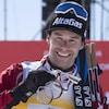 Alex Harvey sourit, avec une médaille au cou.