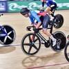 La cycliste canadienne dans le milieu du peloton sur la piste de Brisbane