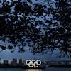 Les anneaux olympiques dans la baie de Tokyo, le soir
