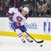 Il contrôle la rondelle derrière le filet pendant un match entre le Canadien de Montréal et les Blue Jackets à Columbus.