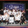 Des joueurs de soccer célèbrent avec leur bannière de champion.