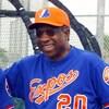 Frank Robinson sourit lors d'un entraînement des Expos à Jupiter, en Floride.