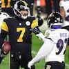 Le quart des Steelers tient le ballon dans sa main droite.