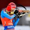 Le biathlonien russe est au pas de tirs.