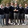 Luke Donald, Padraig Harrington, Robert Karlsson, Thomas Björn, Lee Westwood et Graeme McDowell posent avec la Coupe Ryder devant des fleurs.