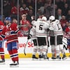Les Blackhawks de Chicago célèbrent un but contre le Canadien.