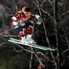 Un skieur dans les airs après un saut