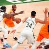 Un joueur des Suns, entouré d'adversaires, tente de trouver un coéquipier à qui passer le ballon.