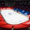 Une bâche rouge et une bâche bleue recouvrent les estrades aux abords de la patinoire. Des logos du Canadien et des commanditaires y sont apposés.