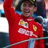 Charles Leclerc salue les tifosi sur le podium du Grand Prix d'Italie à Monza.