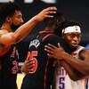 Trois joueurs de basketball se font une accolade.
