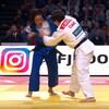 Elle attrape le judogi de son adversaire.