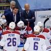 L'entraîneur des défenseurs Luke Richardson donne ses directives aux joueurs du Canadien de Montréal.