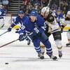 Connor Brown contrôle la rondelle lors d'un match entre les Bruins de Boston et les Maple Leafs, à Toronto.