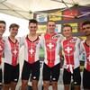 Les six cyclistes se tiennent par les épaules après leur victoire.