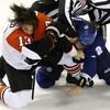 Des joueurs d'hockey en train de se battre