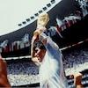 Un joueur porté par ses coéquipiers soulève un trophée.