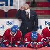 L'entraîneur-chef Dominique Ducharme se gratte la tête. Les joueurs au banc du Canadien paraissent déçus.