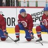 Trois joueurs agenouillés pendant un entraînement sur glace