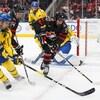 Dylan Holloway tente de s'emparer de la rondelle lors d'un match du Canada face à la Suède, lors du Championnat Hlinka-Gretzky en 2018.