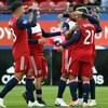 Des joueurs du FC Dallas sont rassemblés et se félicitent.