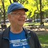 Un homme dans un parc avec un casquette et un chandail d'entraînement