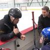 Un entraineur parle à ses jeunes joueurs.