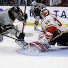 L'attaquant des Kings de Los Angeles, Adrian Kempe, voit son tir repoussé par le gardien David Rittich des Flames de Calgary