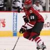 Un joueur de hockey afro-descendant patine