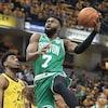 Jaylen Brown saute pour porter le ballon vers l'anneau dans un match éliminatoire entre les Celtics de Boston et les Pacers de l'Indiana, à Indianapolis.