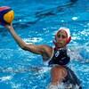 Dans la piscine, elle tient le ballon au bout de son bras droit.