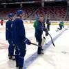 Entraîneur montre un jeu à deux joueurs de hockey