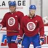 Deux joueurs du Canadien attendent leur tour avant un exercice.