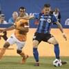 Jukka Raitala tente d'empêcher Mauro Manotas, du Dynamo de Houston, de prendre le ballon.