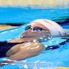 Kylie Masse nage sur le dos dans une piscine.