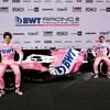 Ils sont vêtus d'uniformes roses.