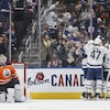 Les joueurs des Leafs célèbrent le but dans un coin de la patinoire.