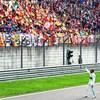 Lewis Hamilton salue la foule après sa victoire au Grand Prix de Chine.