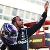 Il salue la foule après sa victoire au Grand Prix de Toscane, au Mugello.